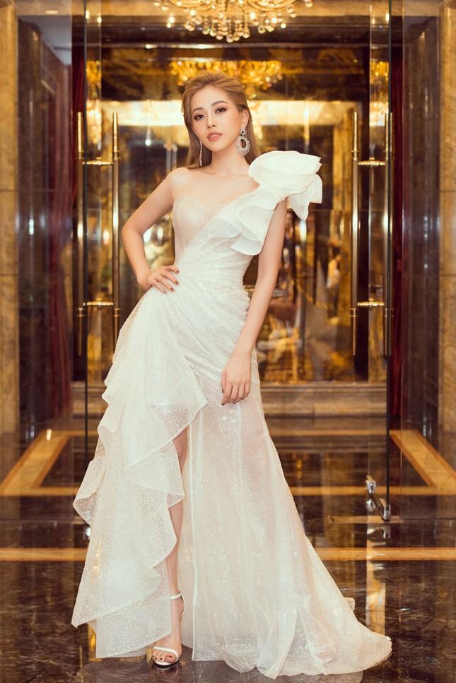 Hoa hậu Tiểu Vy gợi cảm hết cỡ trong thiết kế xẻ sâu vòng 1 ảnh 10