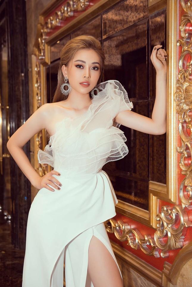 Hoa hậu Tiểu Vy gợi cảm hết cỡ trong thiết kế xẻ sâu vòng 1 ảnh 8
