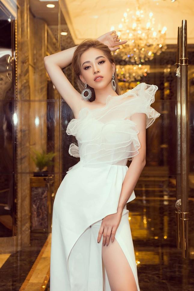 Hoa hậu Tiểu Vy gợi cảm hết cỡ trong thiết kế xẻ sâu vòng 1 ảnh 9