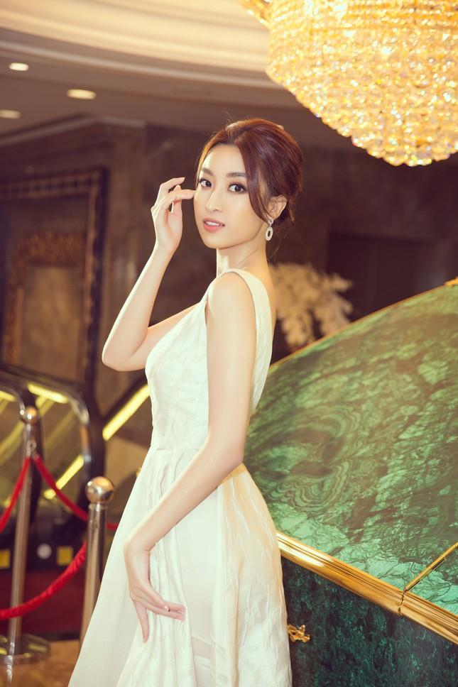 Hoa hậu Tiểu Vy gợi cảm hết cỡ trong thiết kế xẻ sâu vòng 1 ảnh 6