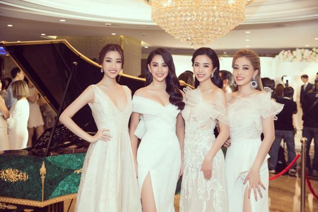Hoa hậu Tiểu Vy gợi cảm hết cỡ trong thiết kế xẻ sâu vòng 1 ảnh 14