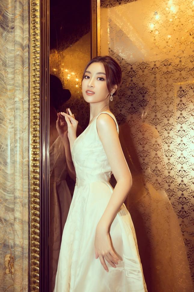 Hoa hậu Tiểu Vy gợi cảm hết cỡ trong thiết kế xẻ sâu vòng 1 ảnh 7