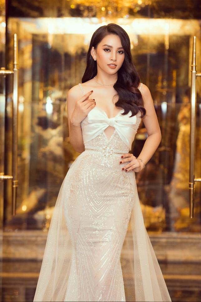 Hoa hậu Tiểu Vy gợi cảm hết cỡ trong thiết kế xẻ sâu vòng 1 ảnh 2