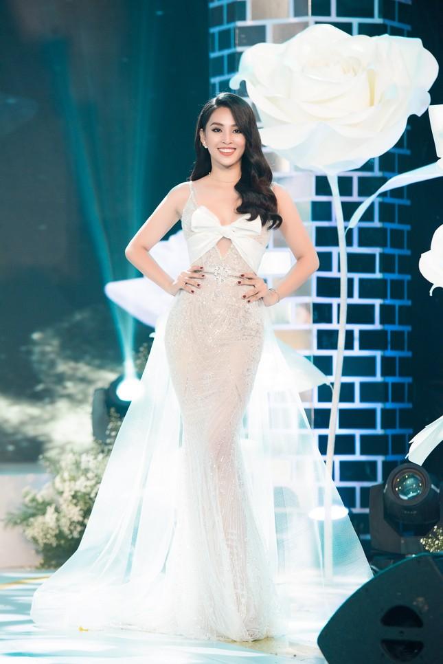 Hoa hậu Tiểu Vy gợi cảm hết cỡ trong thiết kế xẻ sâu vòng 1 ảnh 3
