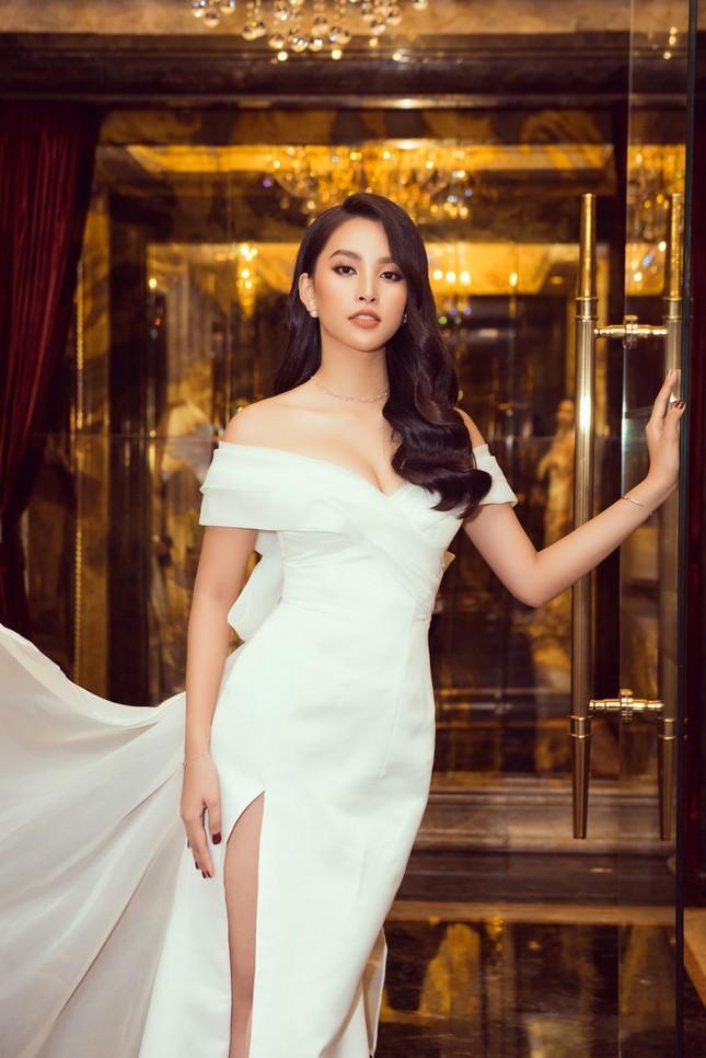 Hoa hậu Tiểu Vy gợi cảm hết cỡ trong thiết kế xẻ sâu vòng 1 ảnh 4