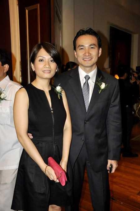 Chi Bảo nắm tay mỹ nhân lạ mặt giữa nghi vấn ly hôn người vợ thứ hai ảnh 1