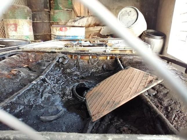 Cận cảnh nơi chứa số dầu thải đổ vào nguồn nước sạch sông Đà ảnh 6