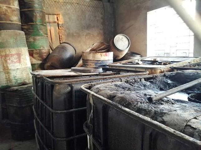 Cận cảnh nơi chứa số dầu thải đổ vào nguồn nước sạch sông Đà ảnh 7