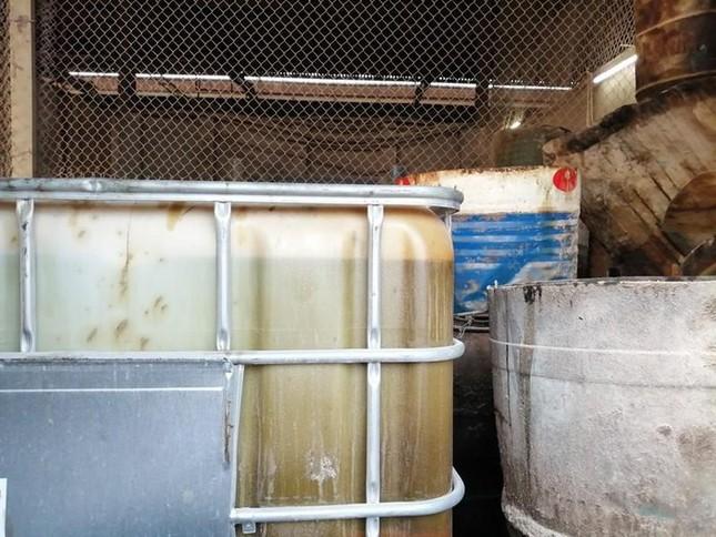Cận cảnh nơi chứa số dầu thải đổ vào nguồn nước sạch sông Đà ảnh 8