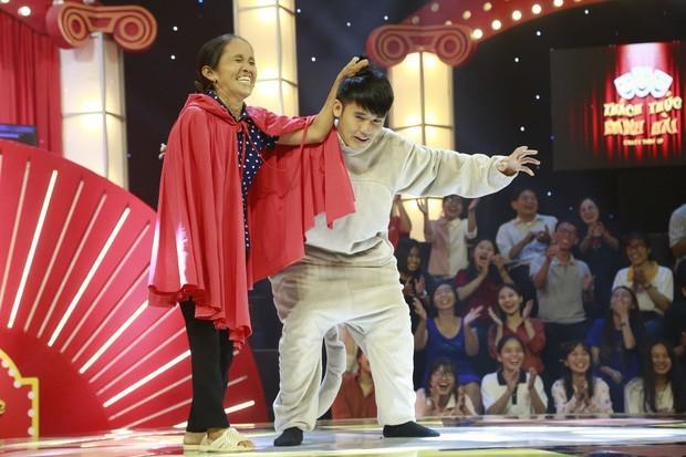 Showbiz 24/10: Bị chỉ trích phá nát 'Tàu anh qua núi', Hoàng Hạnh lên tiếng ảnh 1