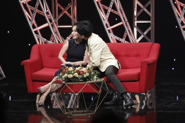 Đan Trường hôn Cẩm Ly trên sóng truyền hình ảnh 2