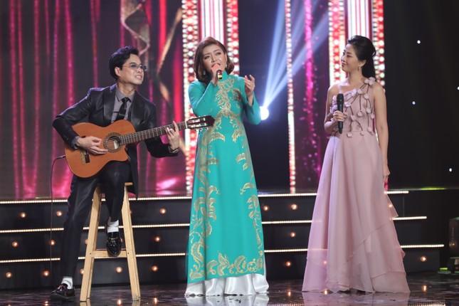 Ngọc Sơn đệm đàn cho danh ca Họa Mi hát ngay tại sân khấu Tuyệt đỉnh Bolero 2020 ảnh 2