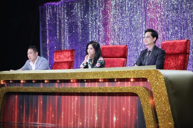 Ngọc Sơn đệm đàn cho danh ca Họa Mi hát ngay tại sân khấu Tuyệt đỉnh Bolero 2020 ảnh 1