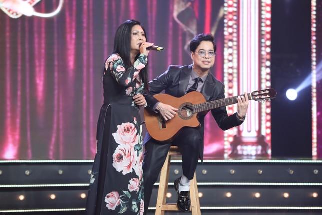 Ngọc Sơn đệm đàn cho danh ca Họa Mi hát ngay tại sân khấu Tuyệt đỉnh Bolero 2020 ảnh 3