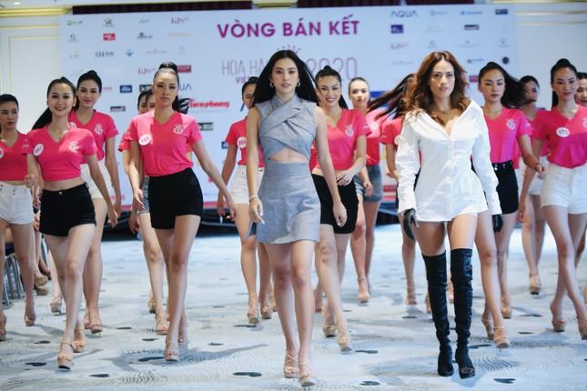 Tiểu Vy mặc gợi cảm hướng dẫn thí sinh hoa hậu catwalk và nhắn nhủ điều quan trọng ảnh 12