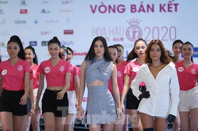 Tiểu Vy mặc gợi cảm hướng dẫn thí sinh hoa hậu catwalk và nhắn nhủ điều quan trọng ảnh 7