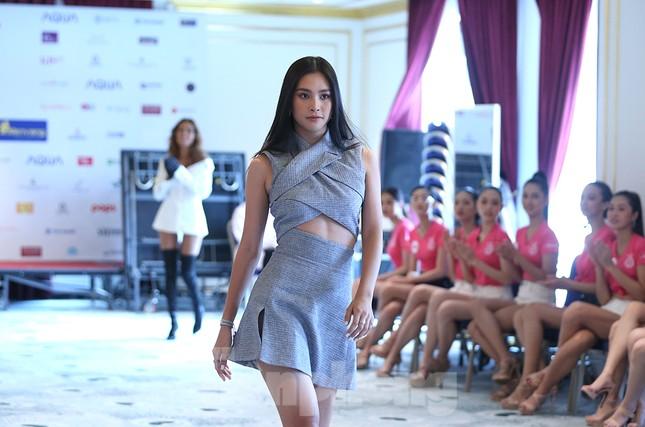 Tiểu Vy mặc gợi cảm hướng dẫn thí sinh hoa hậu catwalk và nhắn nhủ điều quan trọng ảnh 3