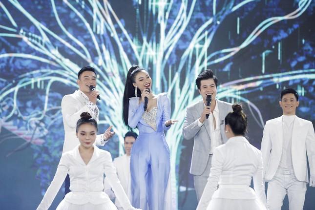Lam Trường - Đan Trường 'tình tứ' hát 'Hôn môi xa' gây bão tại đêm bán kết HHVN 2020 ảnh 3