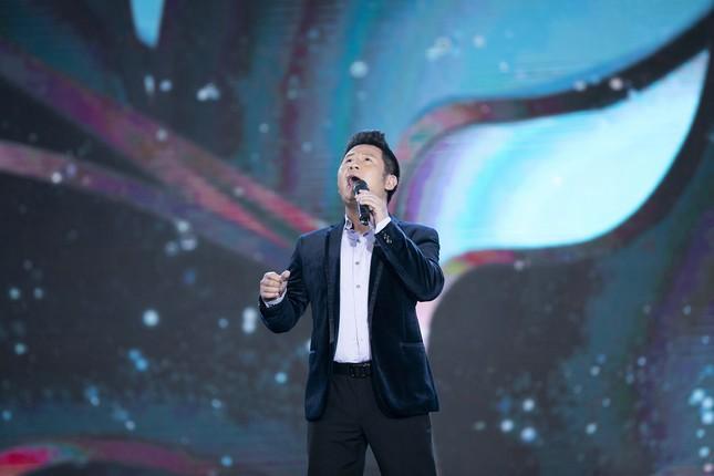 Lam Trường - Đan Trường 'tình tứ' hát 'Hôn môi xa' gây bão tại đêm bán kết HHVN 2020 ảnh 6