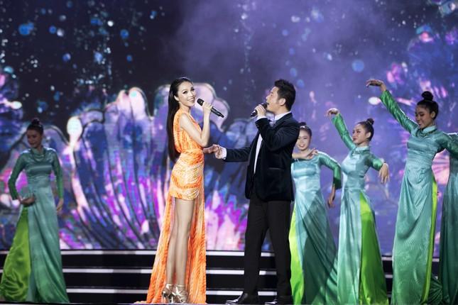Lam Trường - Đan Trường 'tình tứ' hát 'Hôn môi xa' gây bão tại đêm bán kết HHVN 2020 ảnh 7