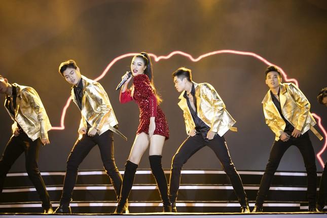 Lam Trường - Đan Trường 'tình tứ' hát 'Hôn môi xa' gây bão tại đêm bán kết HHVN 2020 ảnh 14