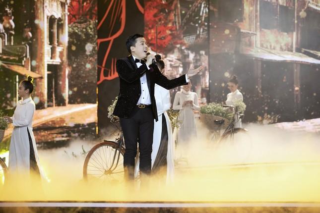 Lam Trường - Đan Trường 'tình tứ' hát 'Hôn môi xa' gây bão tại đêm bán kết HHVN 2020 ảnh 10