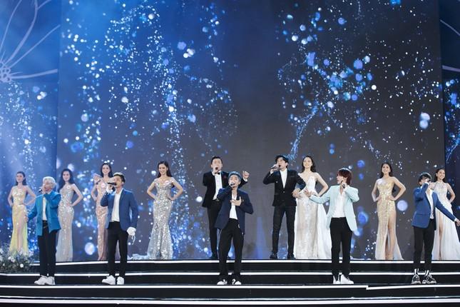 Lam Trường - Đan Trường 'tình tứ' hát 'Hôn môi xa' gây bão tại đêm bán kết HHVN 2020 ảnh 15