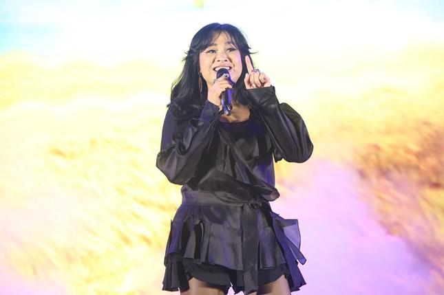 Bạn trai bác sĩ 'hộ tống' Thanh Lam đi hát, Tùng Dương 'cháy' hết mình trên sân khấu ảnh 4