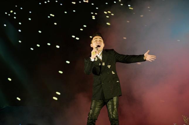 Bạn trai bác sĩ 'hộ tống' Thanh Lam đi hát, Tùng Dương 'cháy' hết mình trên sân khấu ảnh 9