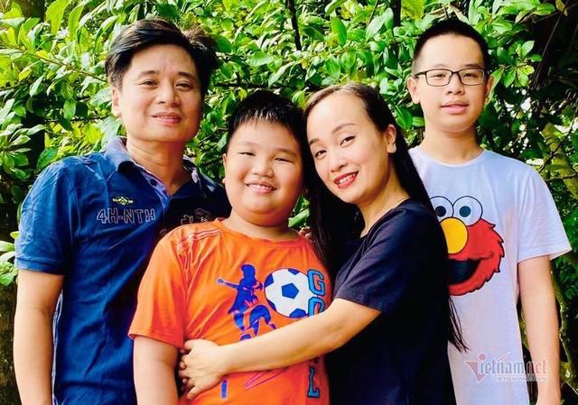 Showbiz 10/11: Ca sĩ Tùng Dương tiết lộ lý do chưa tổ chức đám cưới với vợ hơn 2 tuổi ảnh 2