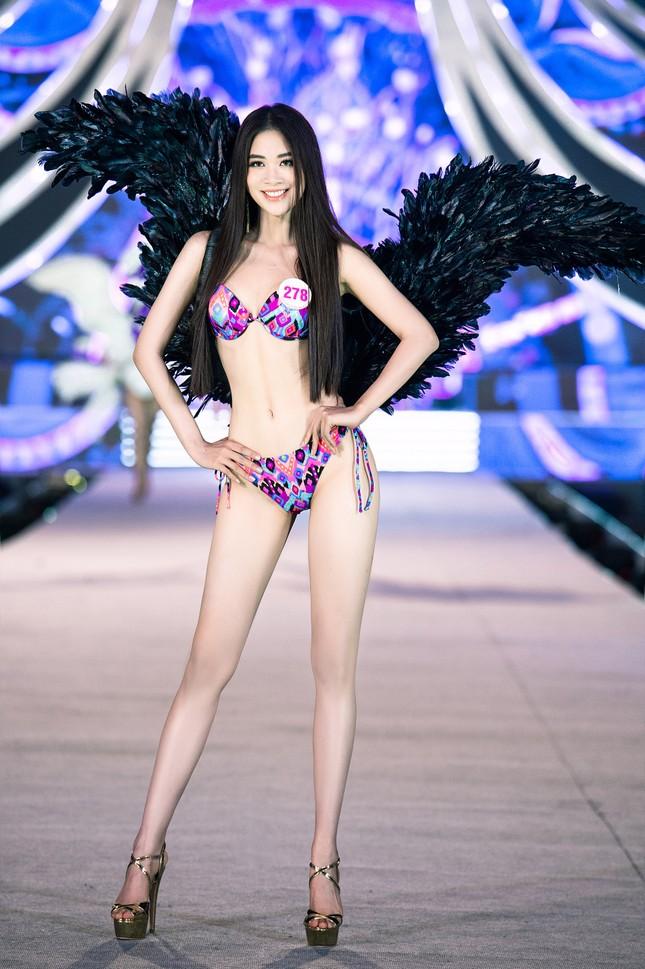 Cận cảnh màn trình diễn bikini 'rực lửa' của top 35 thí sinh Hoa hậu Việt Nam 2020 ảnh 12