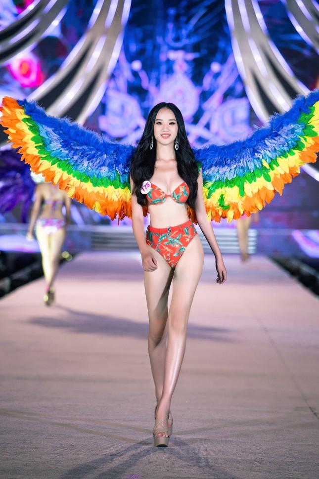 Cận cảnh màn trình diễn bikini 'rực lửa' của top 35 thí sinh Hoa hậu Việt Nam 2020 ảnh 11
