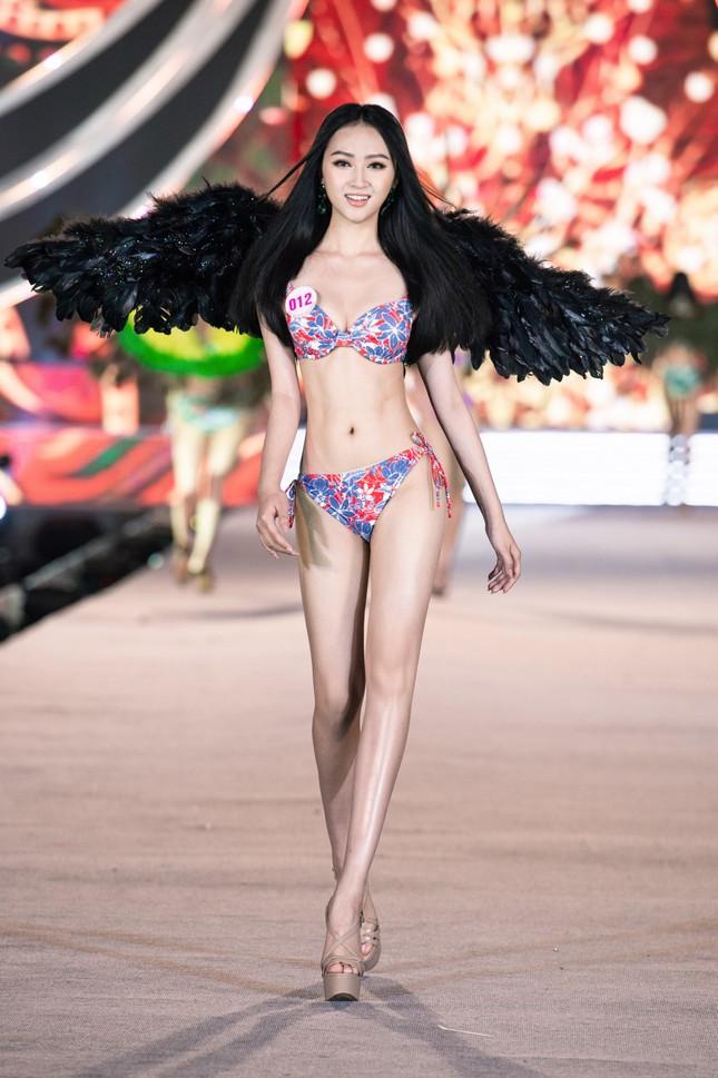 Cận cảnh màn trình diễn bikini 'rực lửa' của top 35 thí sinh Hoa hậu Việt Nam 2020 ảnh 9