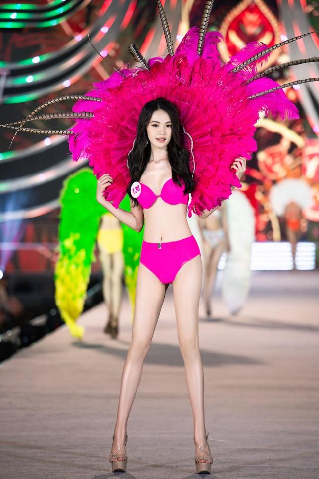 Cận cảnh màn trình diễn bikini 'rực lửa' của top 35 thí sinh Hoa hậu Việt Nam 2020 ảnh 4