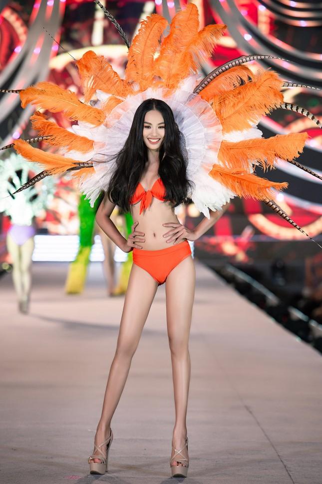 Cận cảnh màn trình diễn bikini 'rực lửa' của top 35 thí sinh Hoa hậu Việt Nam 2020 ảnh 7
