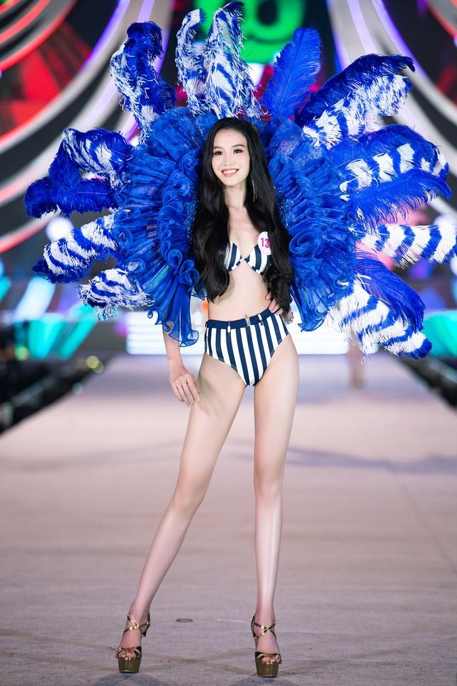 Cận cảnh màn trình diễn bikini 'rực lửa' của top 35 thí sinh Hoa hậu Việt Nam 2020 ảnh 18