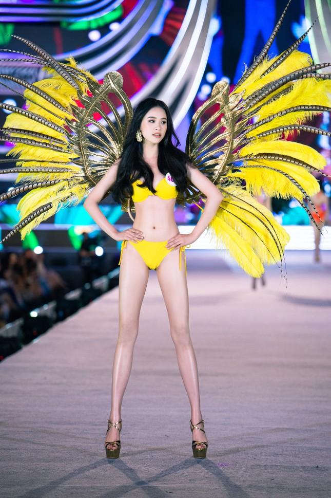 Cận cảnh màn trình diễn bikini 'rực lửa' của top 35 thí sinh Hoa hậu Việt Nam 2020 ảnh 17