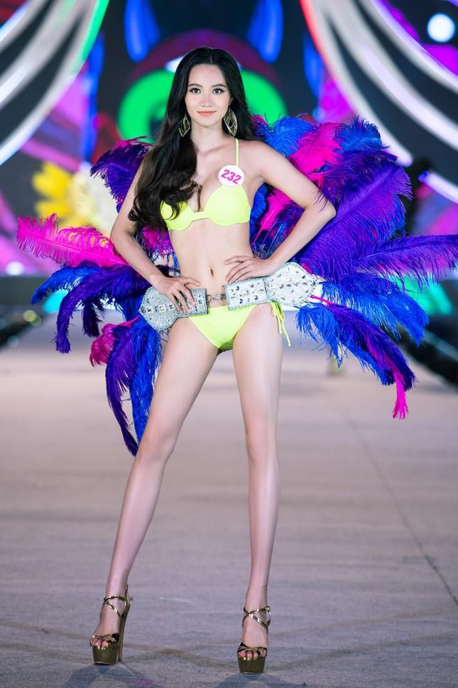 Cận cảnh màn trình diễn bikini 'rực lửa' của top 35 thí sinh Hoa hậu Việt Nam 2020 ảnh 15