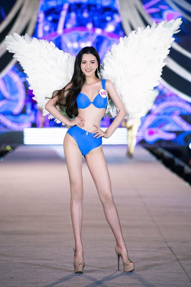 Cận cảnh màn trình diễn bikini 'rực lửa' của top 35 thí sinh Hoa hậu Việt Nam 2020 ảnh 14