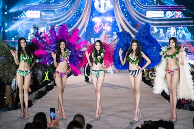 Cận cảnh màn trình diễn bikini 'rực lửa' của top 35 thí sinh Hoa hậu Việt Nam 2020 ảnh 5