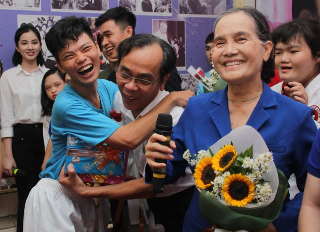 Thí sinh HHVN 2020 nghẹn ngào trước hành trình 50 năm 'gieo' hi vọng cho trẻ tự kỉ ảnh 7