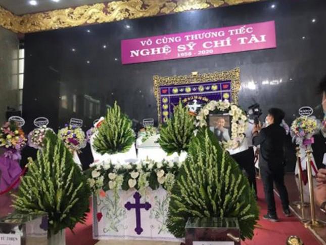 Showbiz 12/12: Rớt nước mắt trước câu nói của NSƯT Hoài Linh trong tang lễ nghệ sĩ Chí Tài ảnh 1