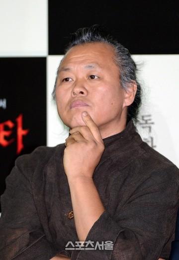 Showbiz 12/12: Rớt nước mắt trước câu nói của NSƯT Hoài Linh trong tang lễ nghệ sĩ Chí Tài ảnh 6