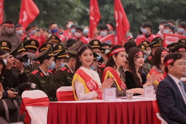 Hoa hậu Đỗ Thị Hà cùng hai Á hậu rạng rỡ tại ngày hội chính Chủ nhật Đỏ ảnh 9