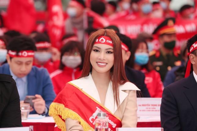 Hoa hậu Đỗ Thị Hà cùng hai Á hậu rạng rỡ tại ngày hội chính Chủ nhật Đỏ ảnh 7