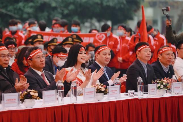Hoa hậu Đỗ Thị Hà cùng hai Á hậu rạng rỡ tại ngày hội chính Chủ nhật Đỏ ảnh 2