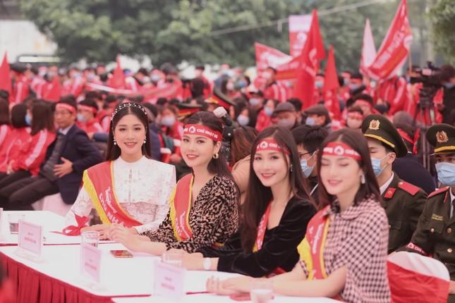 Hoa hậu Đỗ Thị Hà cùng hai Á hậu rạng rỡ tại ngày hội chính Chủ nhật Đỏ ảnh 12