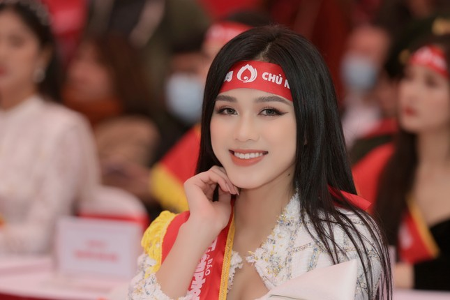 Hoa hậu Đỗ Thị Hà cùng hai Á hậu rạng rỡ tại ngày hội chính Chủ nhật Đỏ ảnh 4