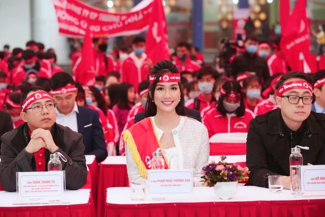 Hoa hậu Đỗ Thị Hà cùng hai Á hậu rạng rỡ tại ngày hội chính Chủ nhật Đỏ ảnh 5