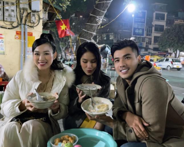 Đi ăn vỉa hè, Hoa hậu Đỗ Thị Hà và Á hậu Phương Anh giản dị vẫn xinh đẹp rạng rỡ ảnh 2